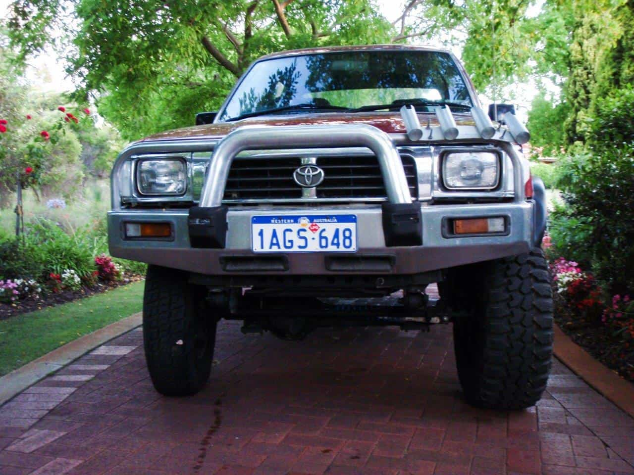toyota hilux 2006 tyre size